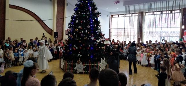 Вокруг  главной елки Мордовии в РДК  водили  хоровод  более 600  детей